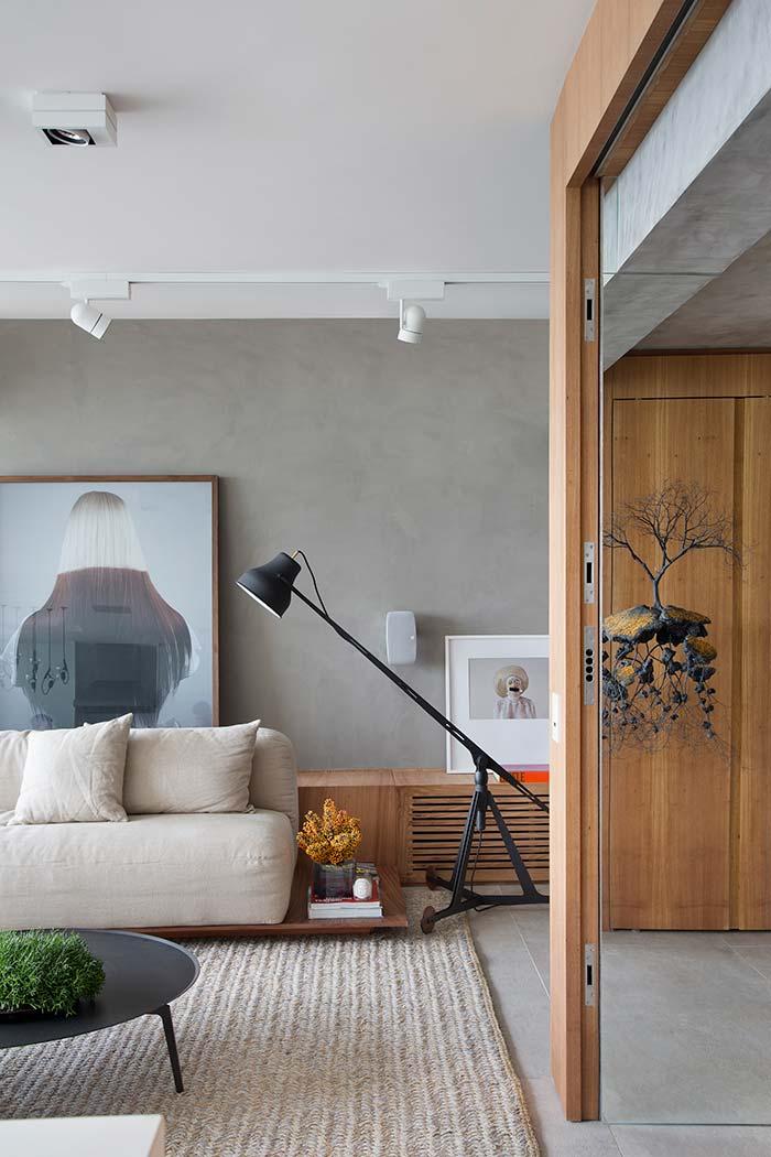 Sala de estar decorada com influências artísticas