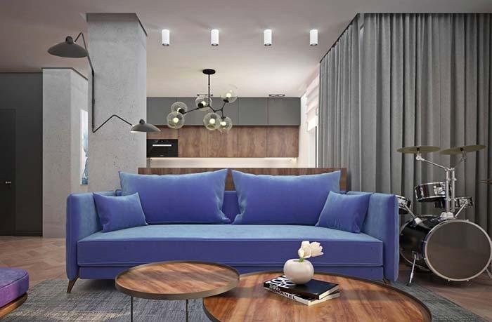 Sofá azul para trazer cor ao ambiente cinza