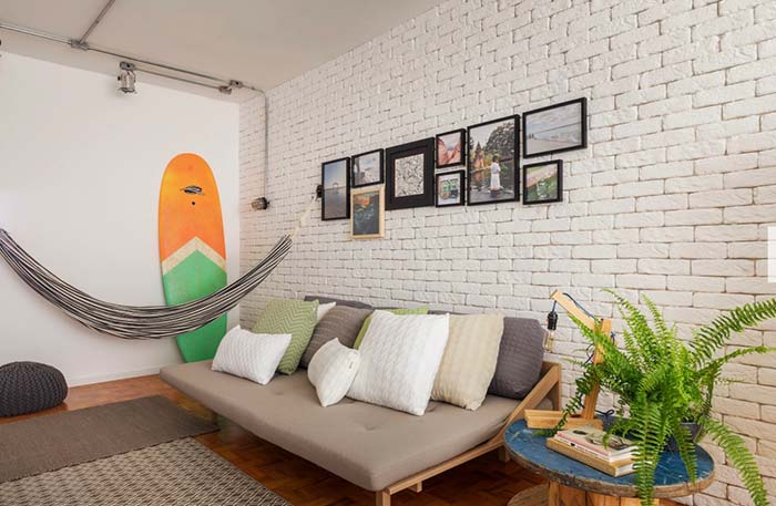 Sala de estar jovem e de estilo praiano