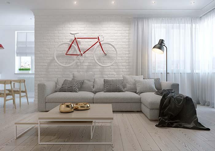 Bicicleta estilizada no mesmo tom da decoração traz personalidade a sala