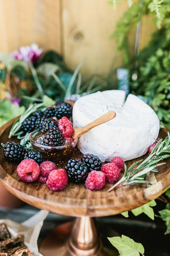 Opção de sobremesa: queijo branco servido com calda de frutas vermelhas