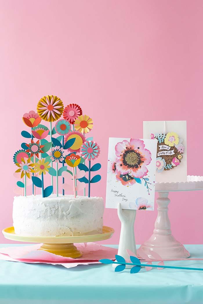 Jardim de flores no bolo e cartões de dia das mães para decorar a mesa