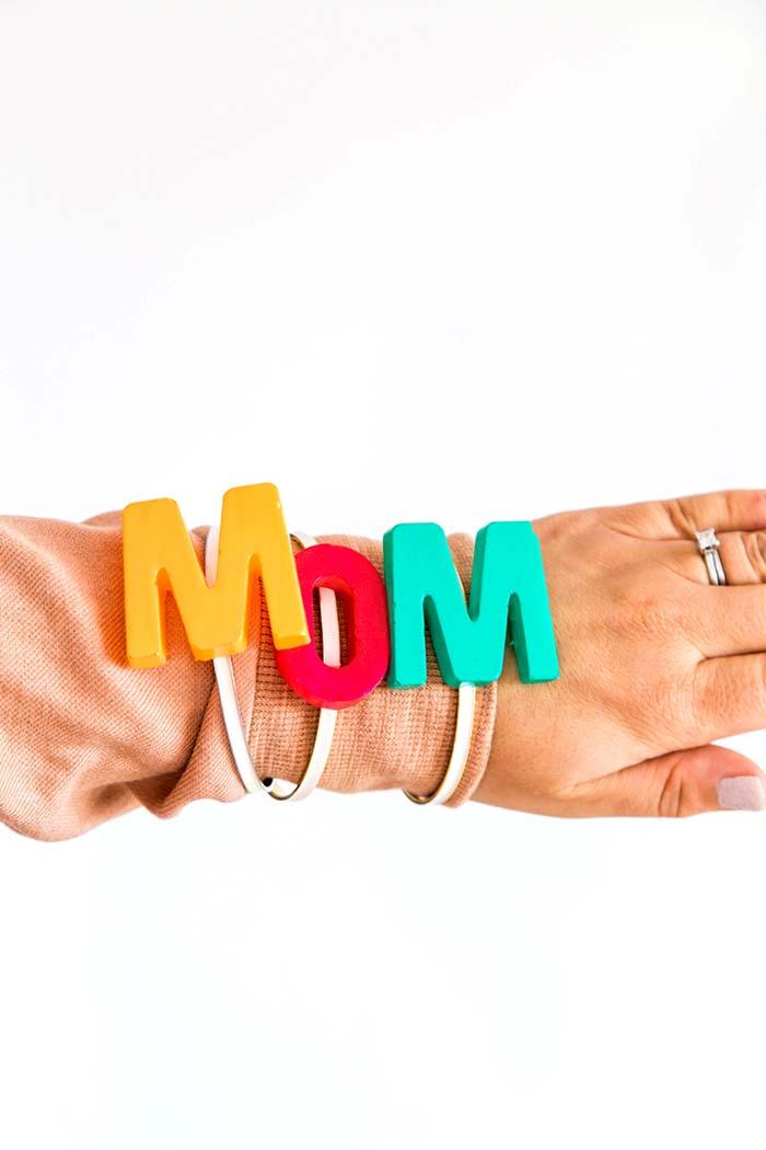 Pulseirinhas coloridas com a palavra 'mãe'