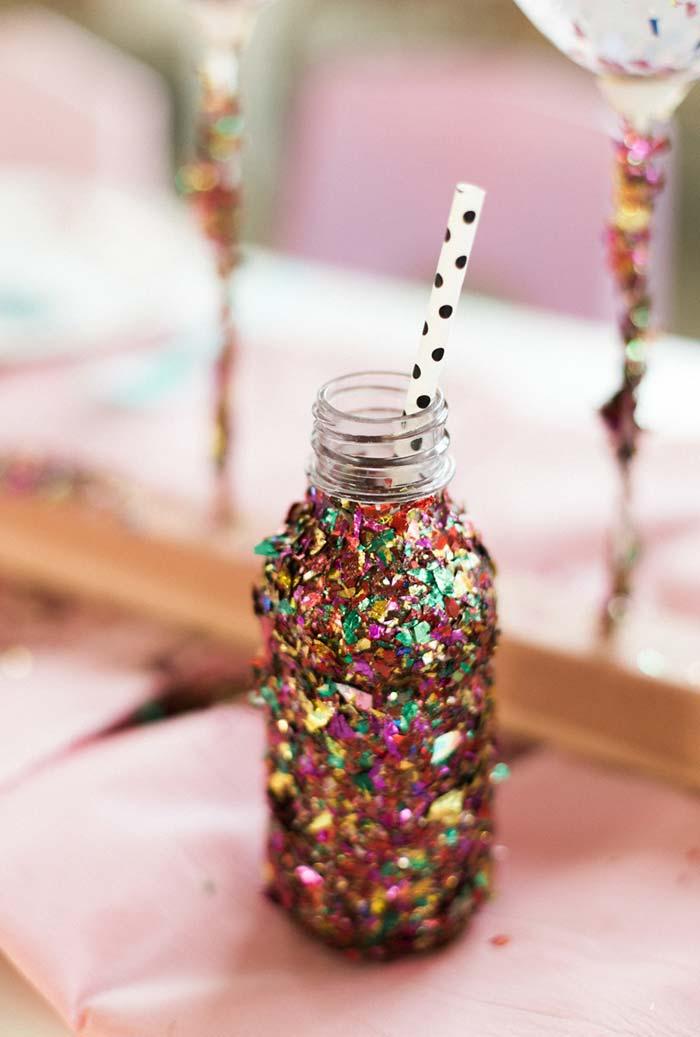 Garrafa decorada com glitter multicolor