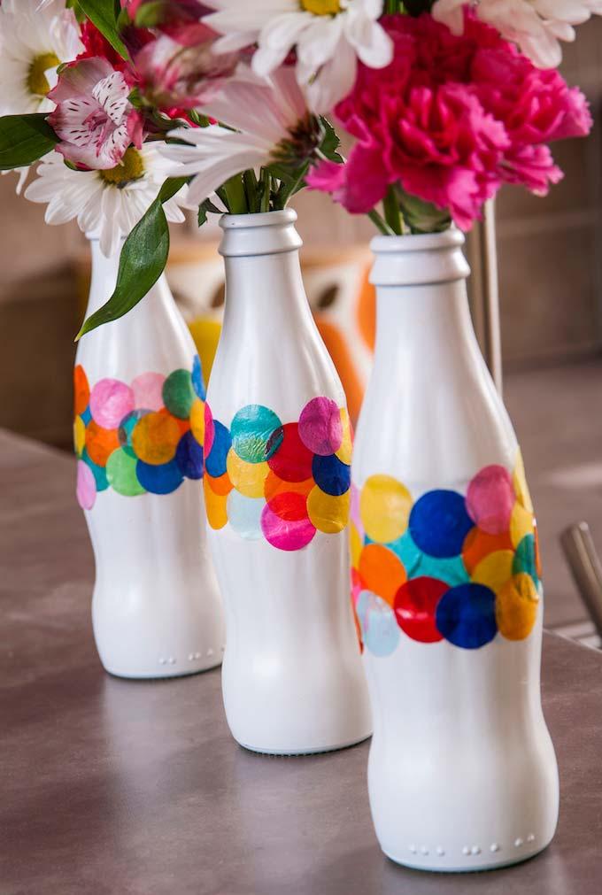 Para dar mais destaque para as suas garrafas brancas, que tal um pouquinho de cor