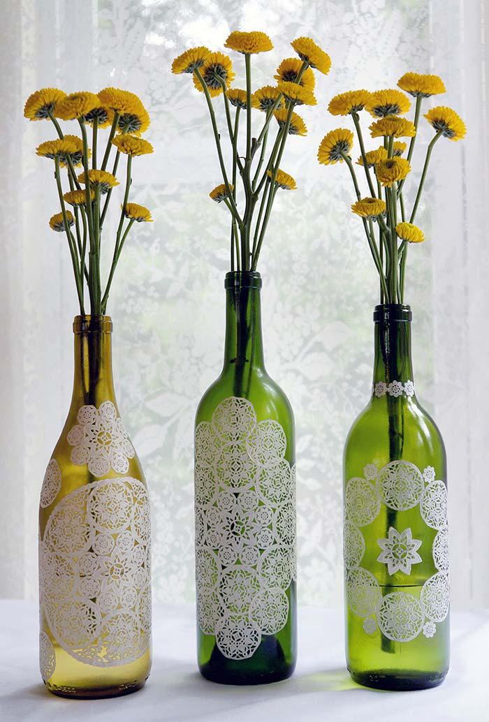 Padrão rendado pintado nas garrafas de vinho vazias