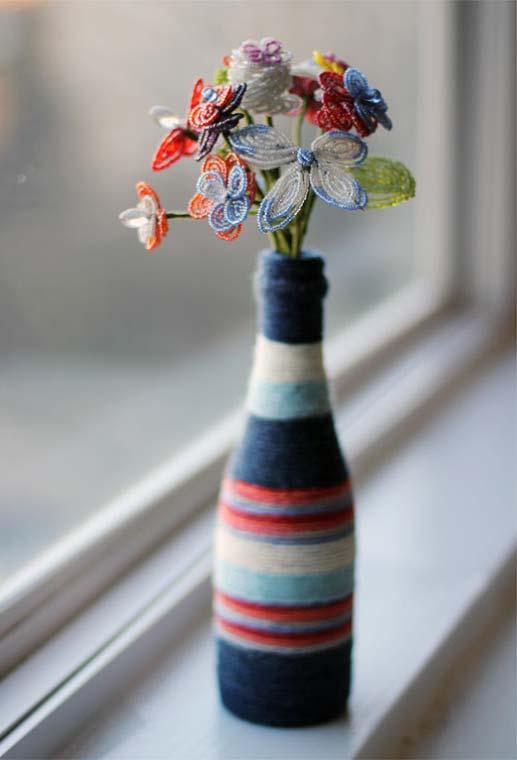 Tudo de barbante: garrafa decorada com barbante colorido
