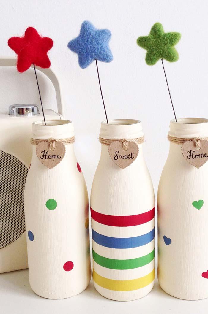 Trio de garrafas numa paleta de cores e vários padrões