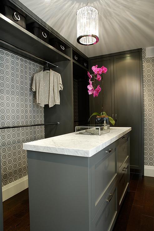 Papel de parede decora o modelo de closet