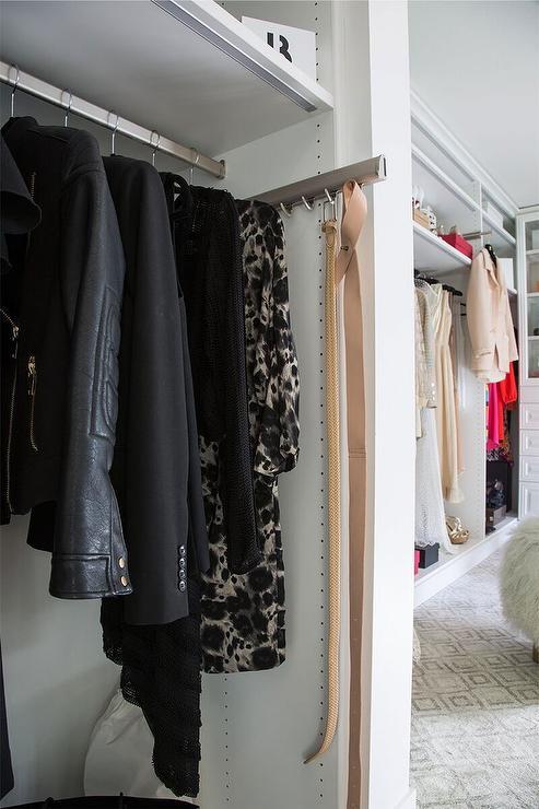 Cintos também podem ser organizados em ganchos e suportes nos modelos de closet