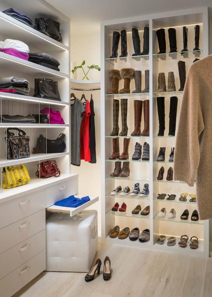 Modelo de closet com organização impecável