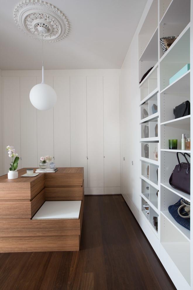 Modelo de closet amplo com mini sofá
