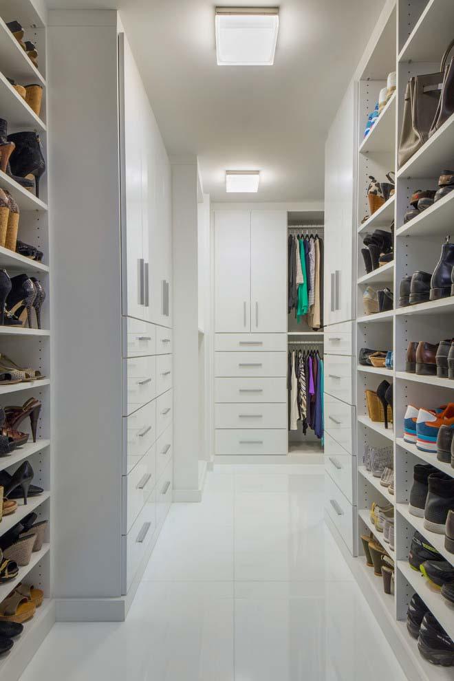 Para as roupas, armários com portas