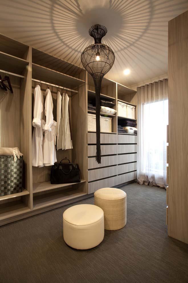 Modelo de closet grande com lustre luxuoso