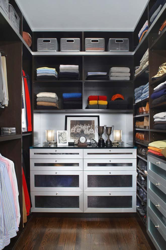 Uma das vantagens do closet é poder usar prateleiras do chão até o teto