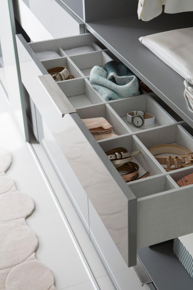 Repartições dentro da gaveta organizam acessórios
