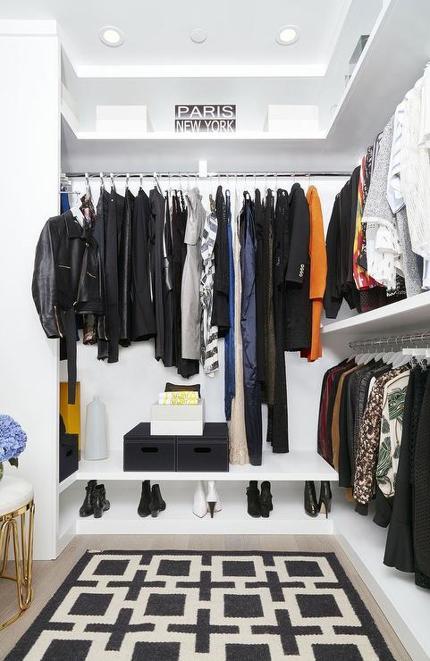 Modelo de closet com iluminação embutida na sanca de gesso