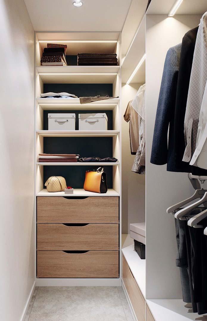 Closet com gavetas e prateleiras