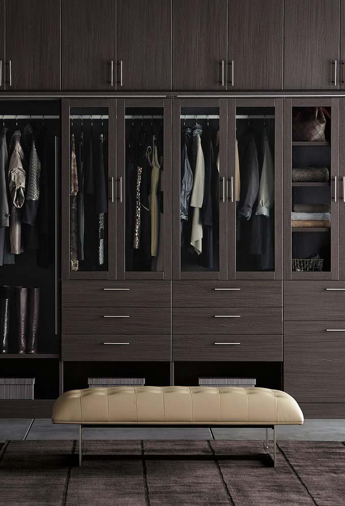Modelo de closet grande com cor sóbria