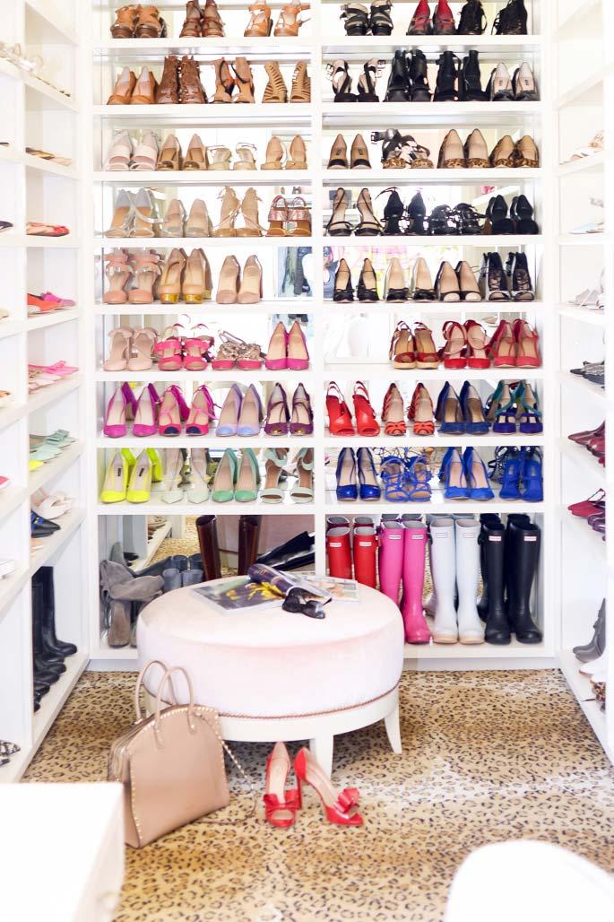 Um modelo de closet só de sapatos