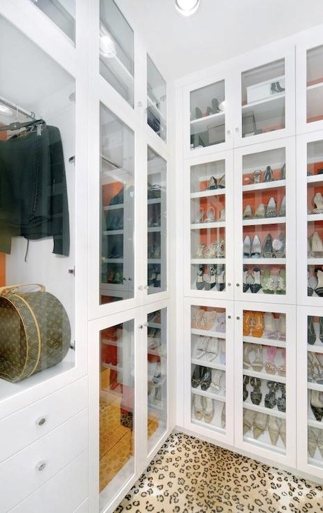 Portas de vidro deixam as peças livres de poeira e facilmente localizáveis