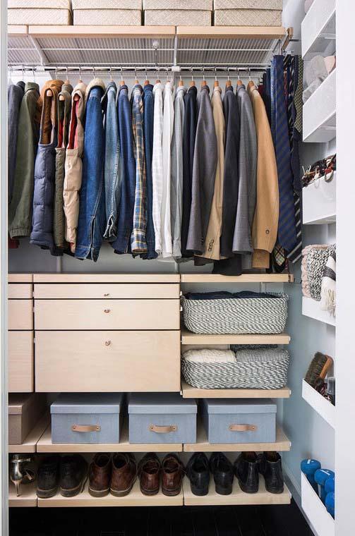 Nesse closet, os sapatos foram organizados verticalmente