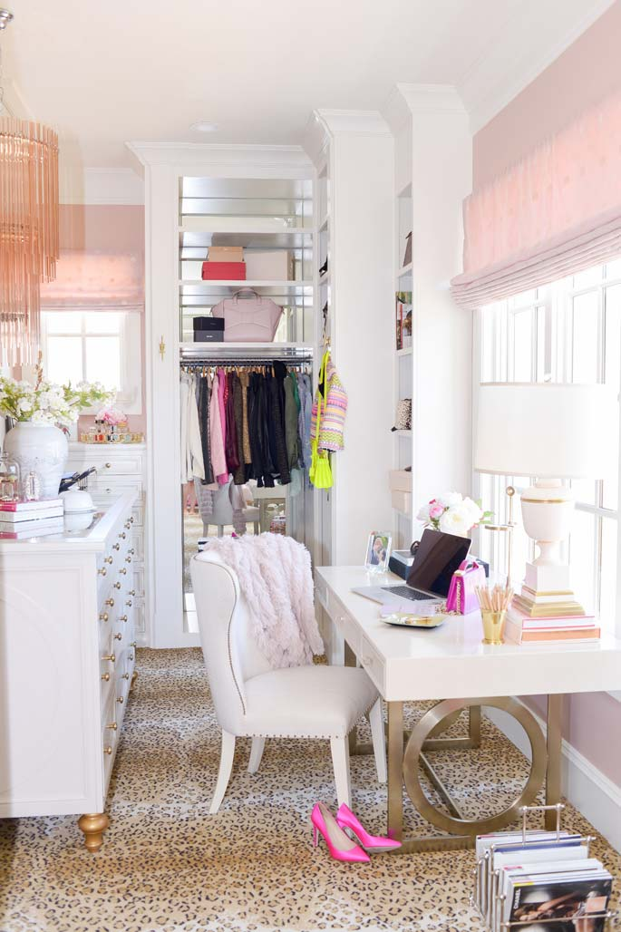 Espaço de sobra: dá até para trabalhar dentro desse modelo de closet