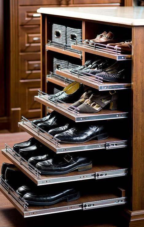 Prateleiras deslizantes no modelo de closet