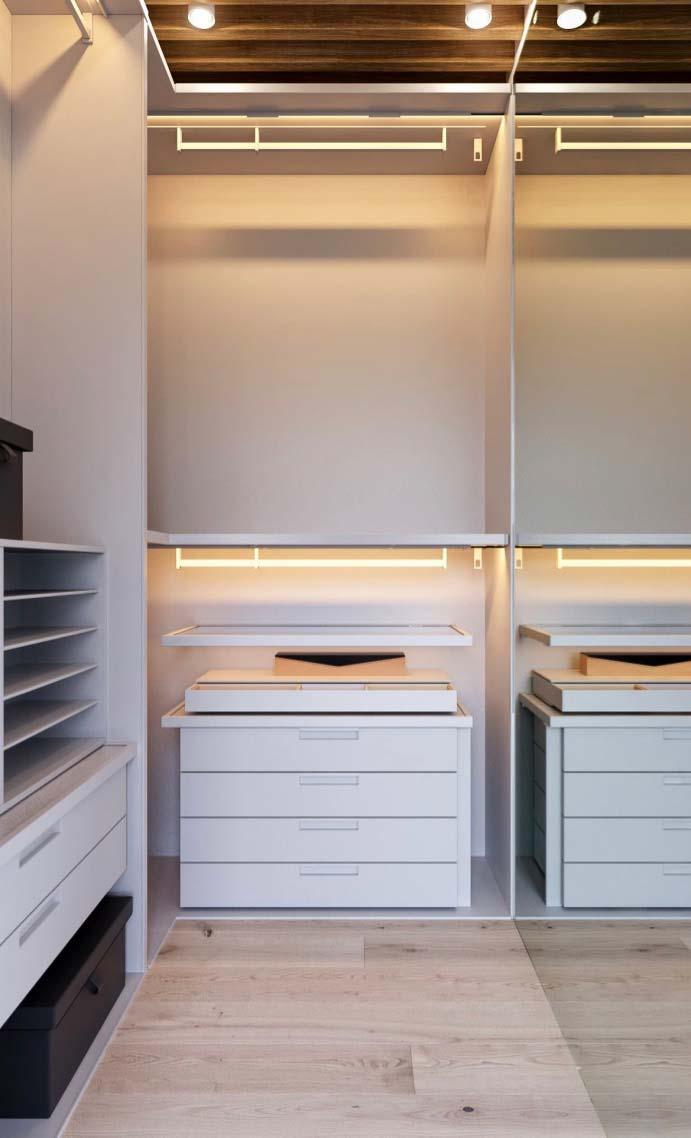 Luzes dentro dos armários realçam e valorizam as peças
