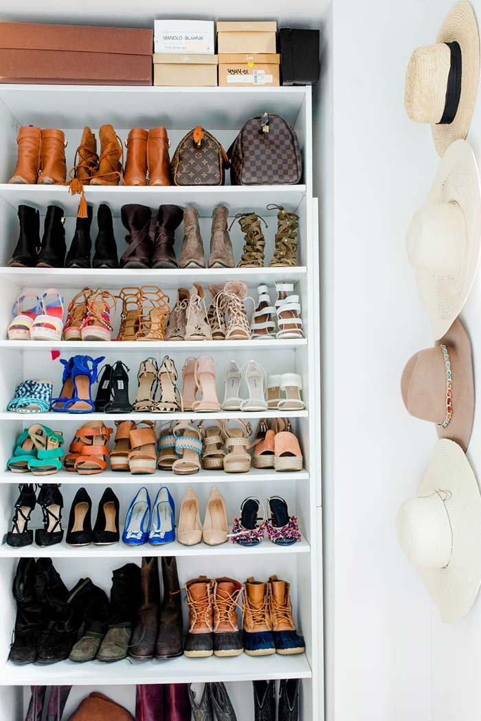 Na estante só de sapatos, organize-os de acordo com o uso