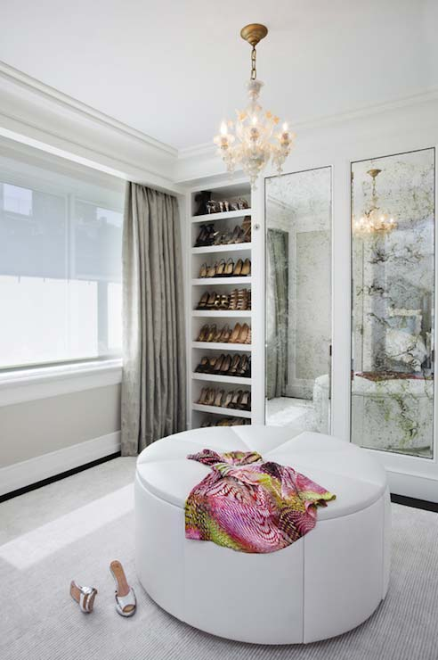 Espelho e lustre valorizam o modelo de closet feminino