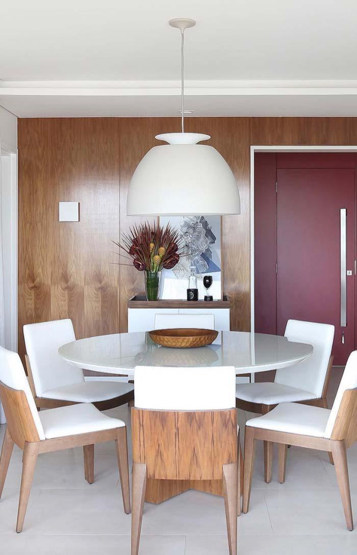 Sala de jantar decorada com mesa redonda