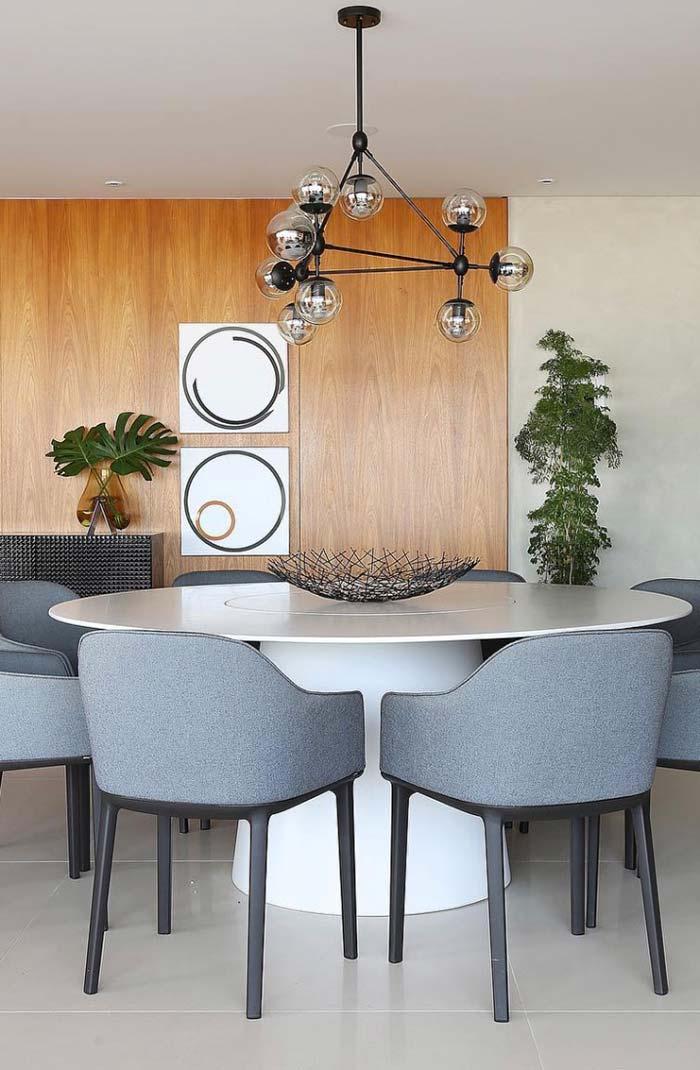 Sala de jantar moderna com luminária arrojada
