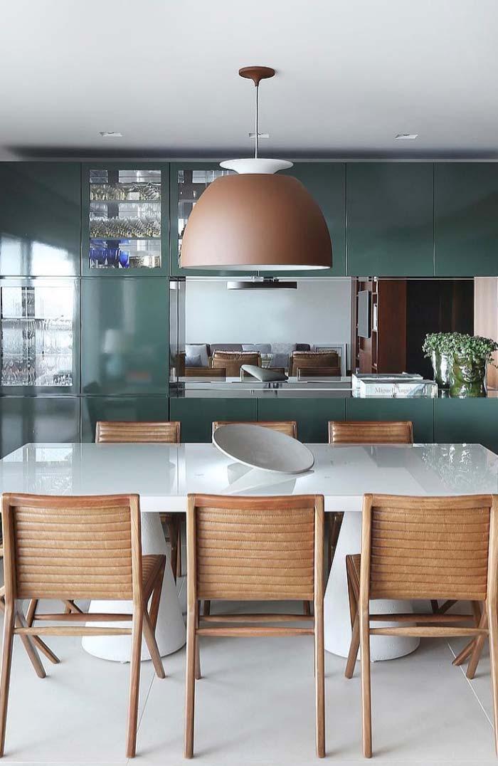 Sala de jantar com mesa de laca branca
