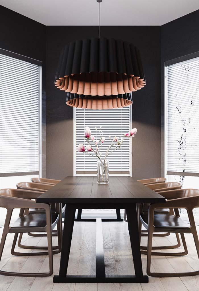Sala de jantar decorada com tons escuros e sóbrios