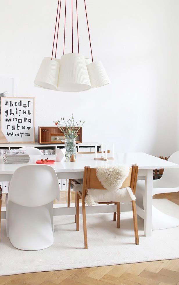 Sala de jantar decorada com tapete branco