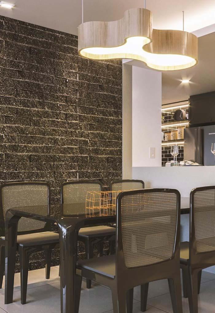 Sala de jantar com mesas e cadeiras pretas