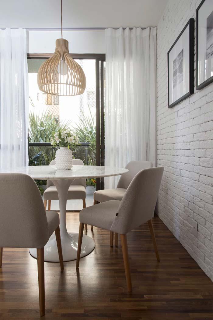 Parede da sala de jantar revestida com tijolinhos brancos