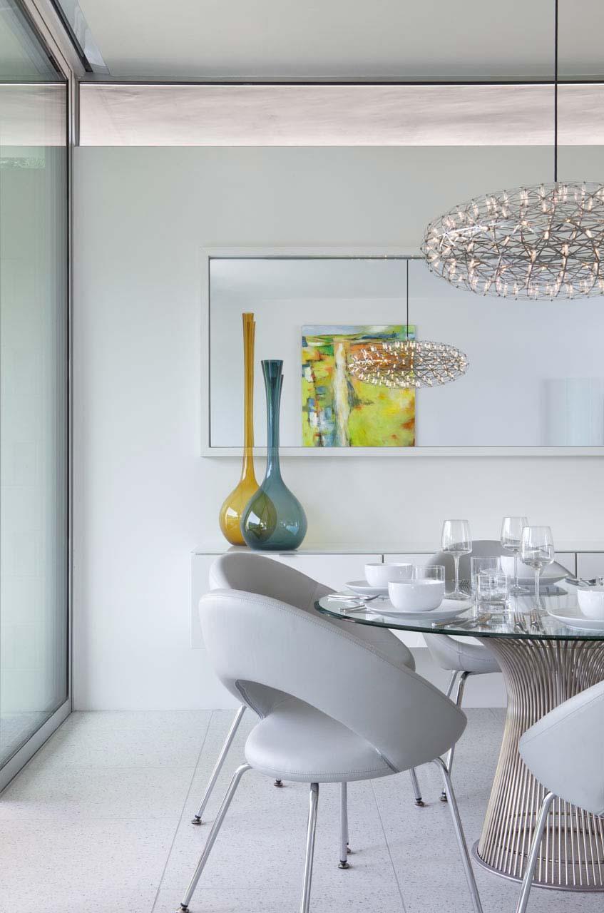 Sala de jantar clean com vasos coloridos