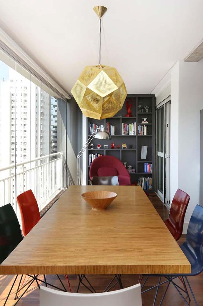 Sala de jantar decorada com cadeiras coloridas