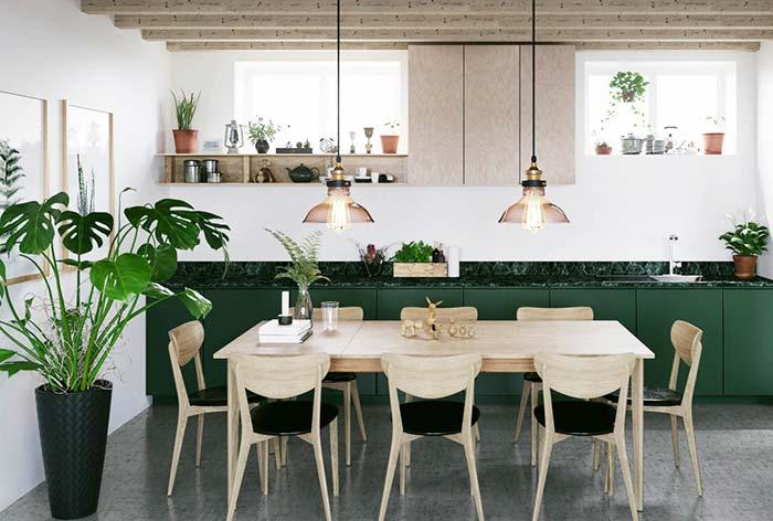 Verde musgo do armário da cozinha contrastando e realçando a madeira clara da mesa e das cadeiras