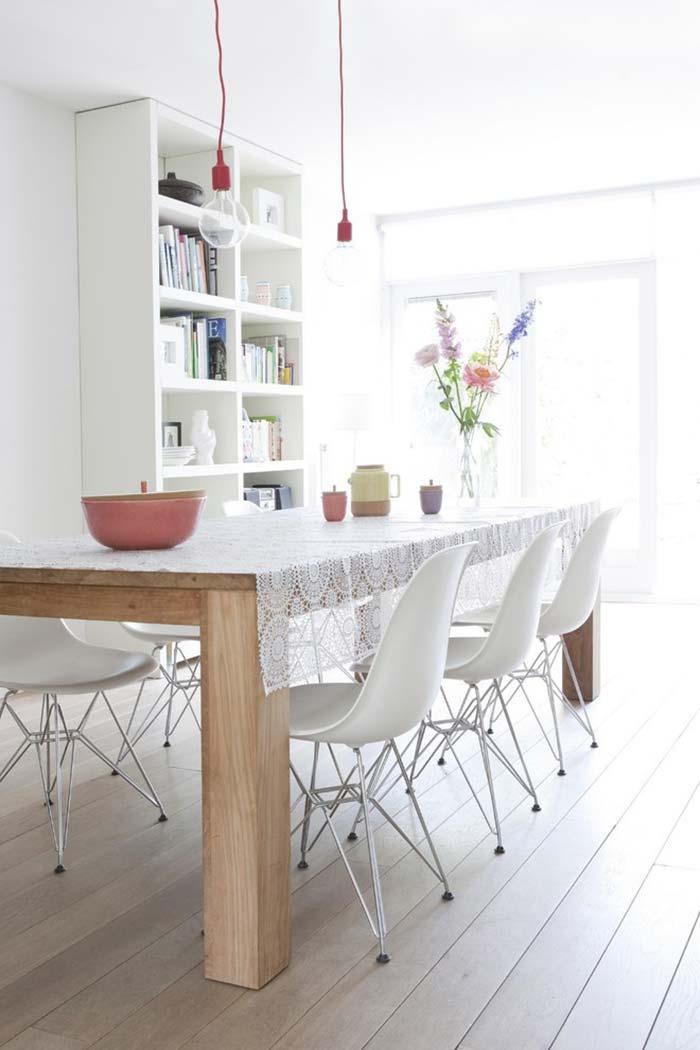 aposte em mesa de madeira clara com toalha rendada