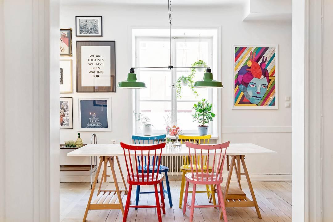 Sala de jantar decorada com cores vivas e alegres