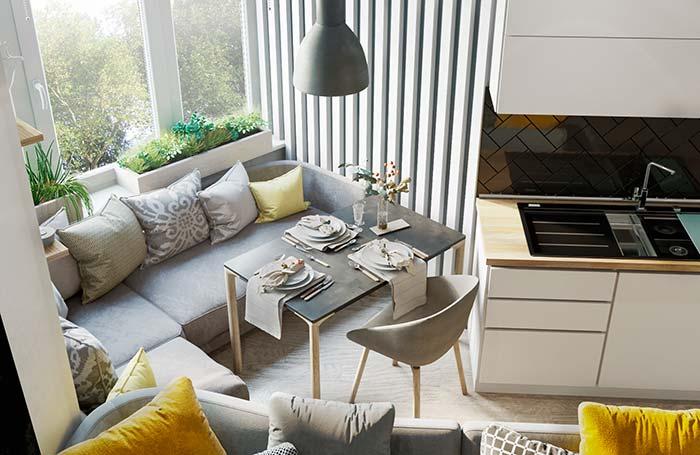 Na falta de espaço, use o sofá para se acomodar na mesa