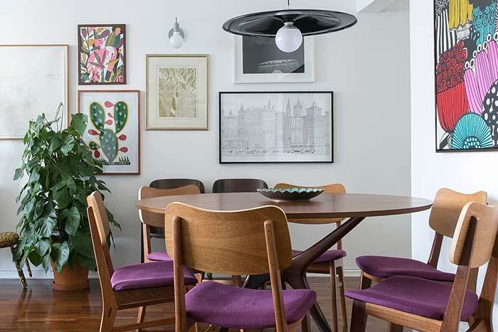 Cadeiras com estofado roxo deixam a decoração da sala de jantar mais harmoniosa