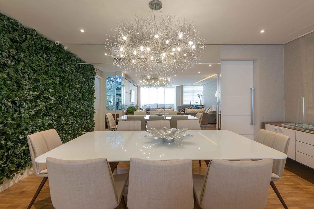 Sala de jantar decorada com jardim vertical