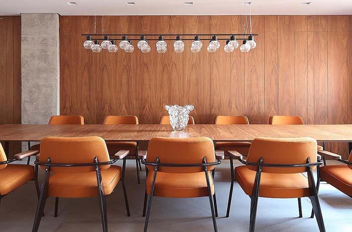 Luminária moderna para um conjunto de mesa e cadeiras mais clássico