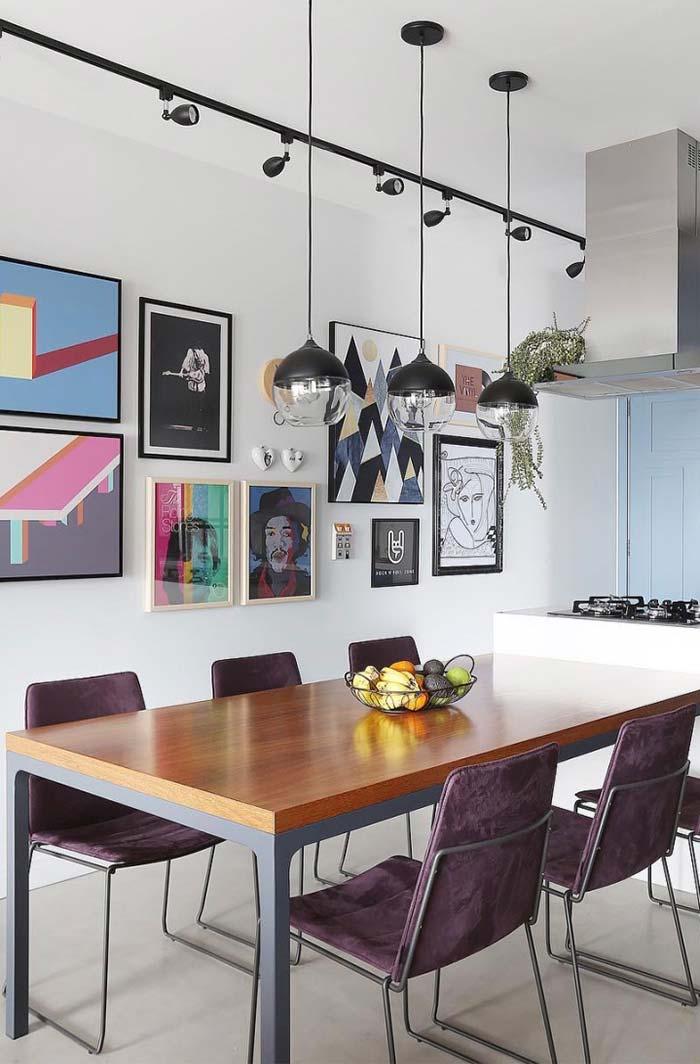 Cadeiras aveludadas na decoração da sala de jantar