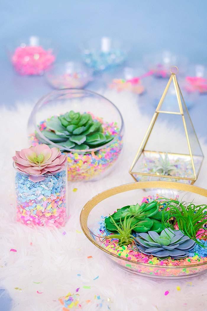 Terrário de pedrinhas coloridas podem ser usados em decorações infantis