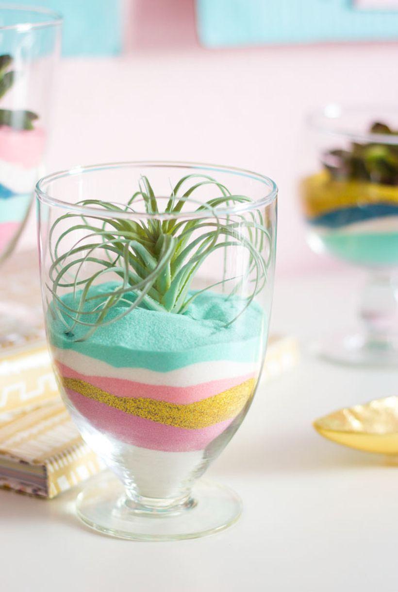 Terrário com areia colorida na tacinha de sobremesa